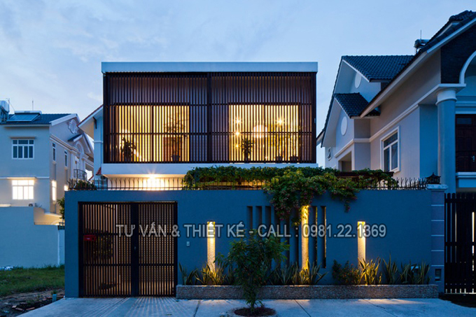 Mẫu nhà phố 2 tầng hiện đại với lam chắn nắng thông minh - Kiến trúc mặt tiền vào ban đêm