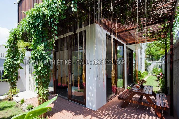 Mẫu nhà phố 2 tầng hiện đại với lam chắn nắng thông minh - Không gian sân vườn