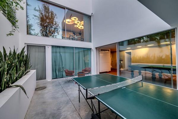 Choáng ngợp với căn biệt thự hiện đại 2 tầng như trong phim viễn tưởng Hollywood - Không gian trong nhà 01